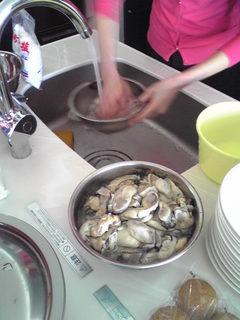 牡蠣を素早く洗う